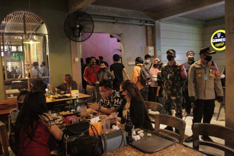 Ratusan Orang Pengunjung Cafe Di Rapid Test, Satu Wanita Reaktif Langsung di Karantina