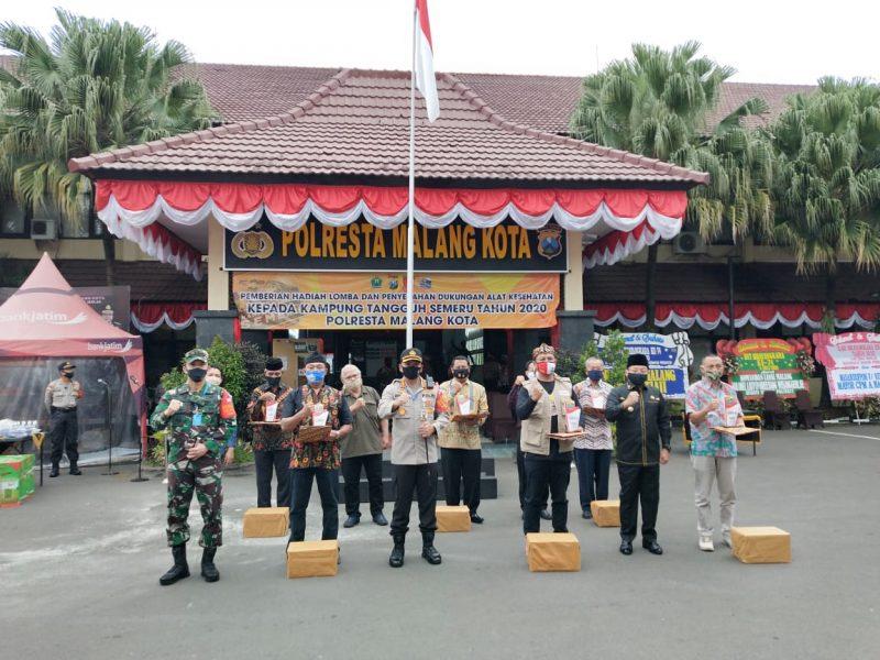 Kapolresta Malang Kota bersama Dandim 0833 Kota Malang Berikan Hadiah Bagi Pemenang Lomba Kampung Tangguh