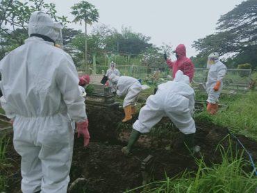 Tak Peduli Hujan, Tim Siaga Darurat Covid-19 UPT PPU, Siap Lakukan Pemakaman