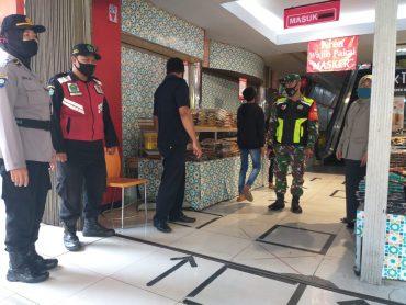 Personel TNI Polri Siaga di Mall dan Pertokoan