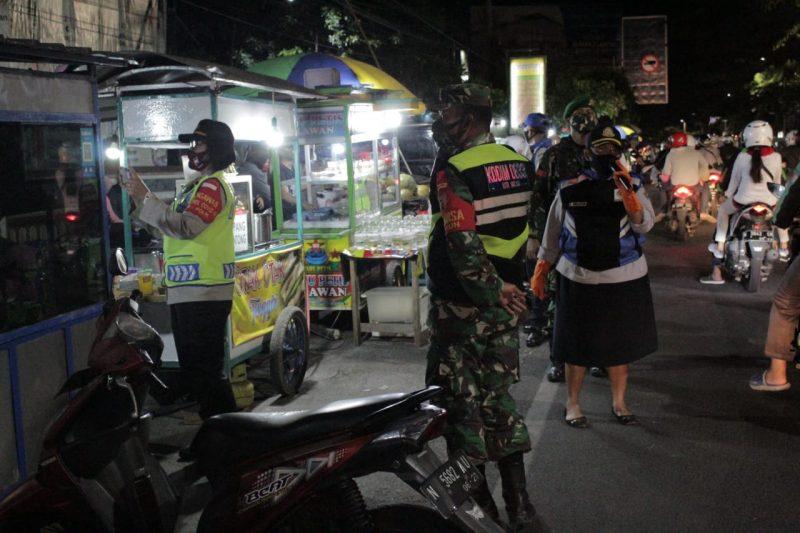 TNI Polri dan Pemkot Malang Berikan Imbauan Stay at Home dan Bagikan Masker
