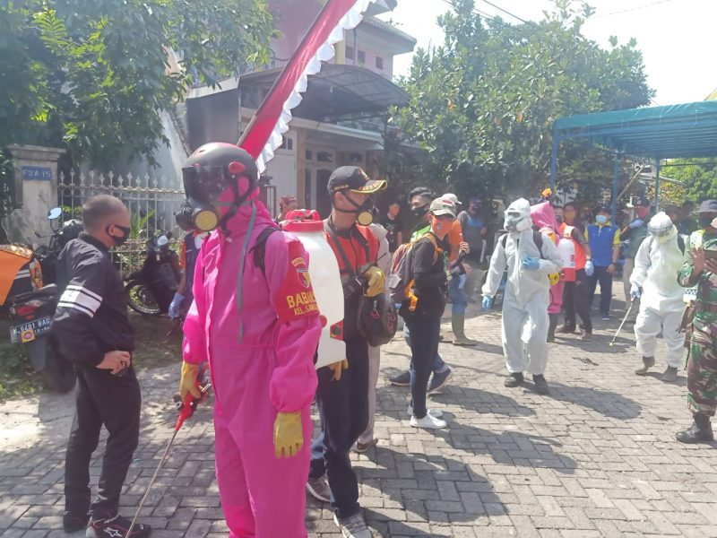 Babinsa Kelurahan Sawojajar Bersama Warga Lakukan Penyemprotan Desinfektan
