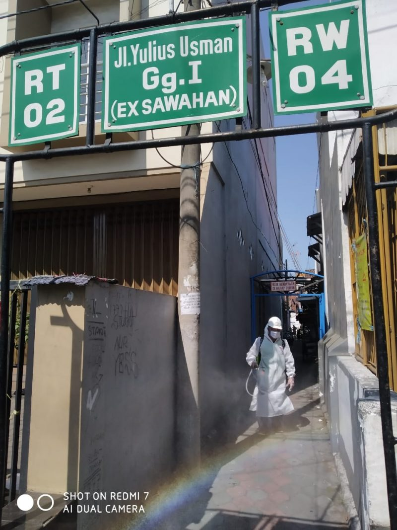 Babinsa Kelurahan Kasin dan Relawan Lakukan Penyemprotan Desinfektan