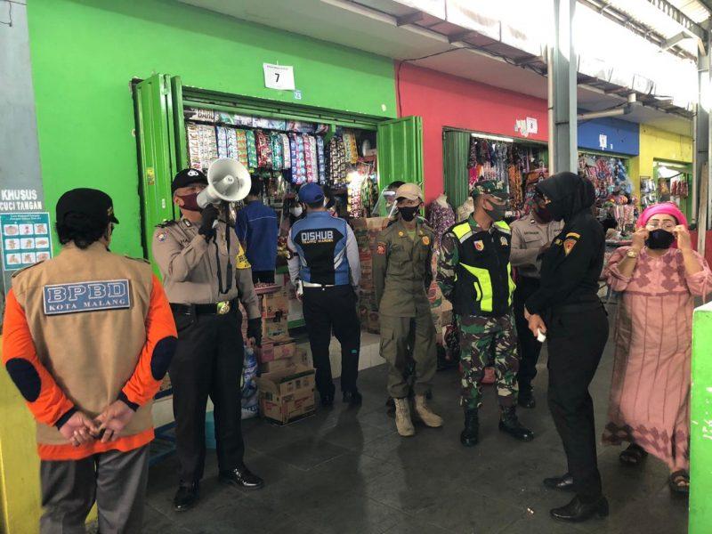 Babinsa Kodim 0833 Kota Malang Ingatkan Terkait Protokol Kesehatan di Pasar Tradisional