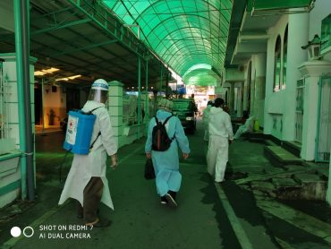 Babinsa Kelurahan Tasikmadu Bersama Bersama Babinkamtibmas Semprot Masjid An Nur Tasikmadu