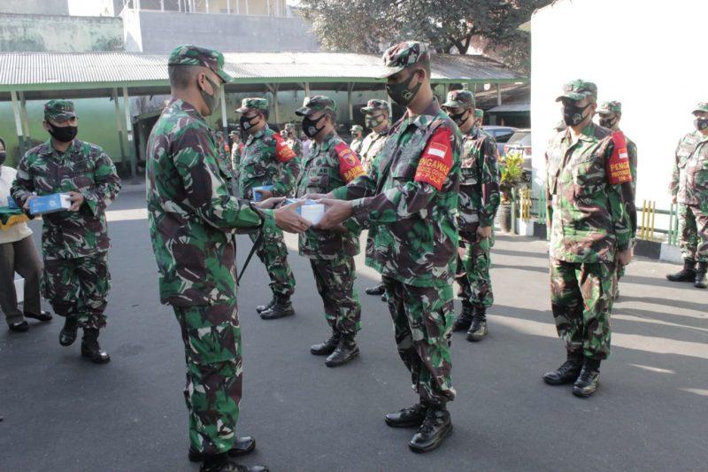Dandim 0833 Kota Malang Bagikan Masker Kepada Personel Kodim 0833