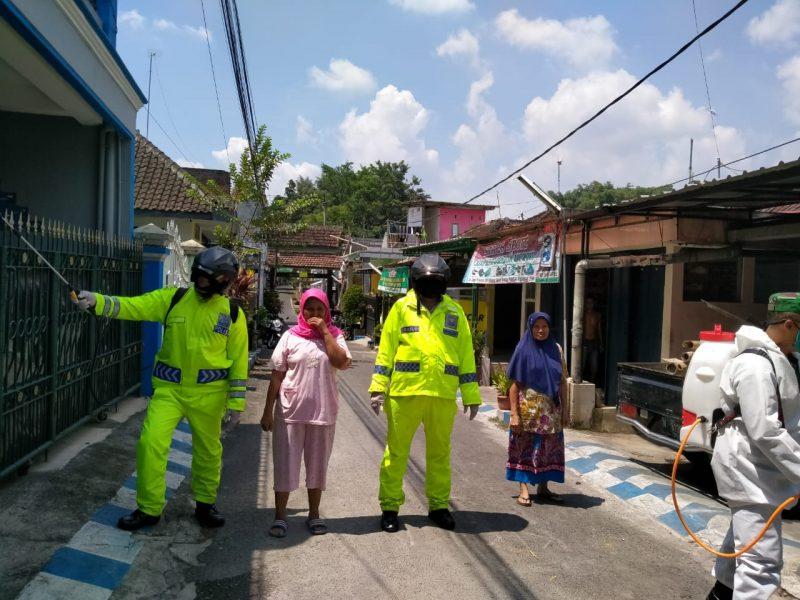 Tangkal Wabah Covid-19, Babinsa Kelurahan Merjosari Lakukan Penyemprotan Desinfektan