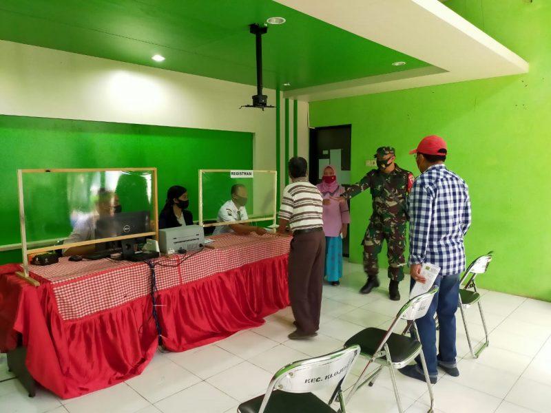 Babinsa turut Bantu Keamanan Proses Pencairan BLT Tahap III di Kecamatan Klojen