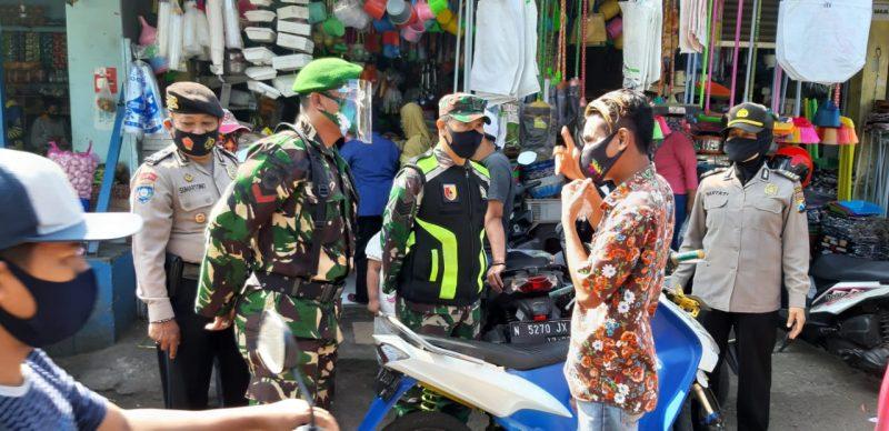 Kodim 0833 Kota Malang Bersama Gugus Tugas Penanganan Covid-19 Melaksanakan Pengamanan di Pos PAM Pasar
