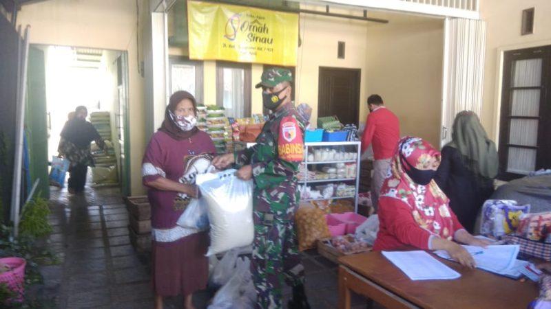 Babinsa Koramil 0833/02 Kedungkandang Kota Malang Kawal Penyaluran BPNT