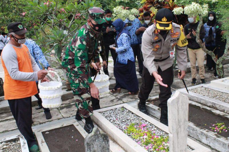 Dandim 0833 Kota Malang bersama Forkopimda Upacara Ziarah dan Tabur Bunga.