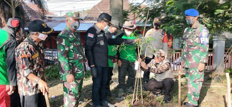 Danramil Klojen Ikuti Penanaman Pohon Penghijauan