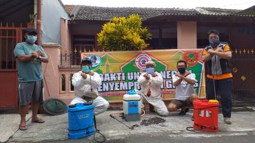 Babinsa Pandanwangi Bersama Relawan Lakukan Penyemprotan Disinfektan